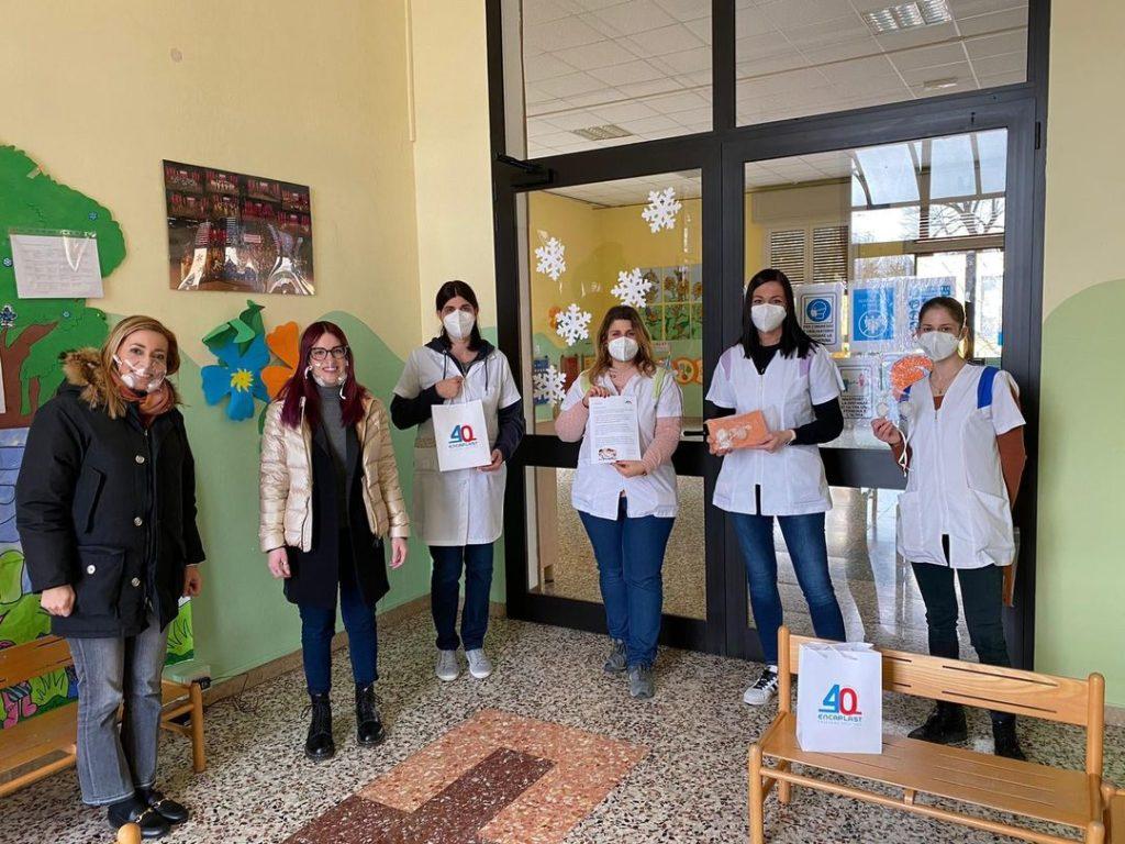 le insegnanti con le donazioni Encaplast